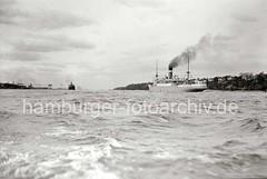 Schiffe auf der Elbe vor Hamburg-Oevelgönne; ca. 1936.