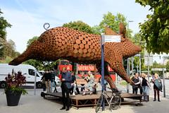 """Historische Architektur in der Hamburger Innenstadt, Stadtteil Neustadt. Skulptur """"Ode to the Pig"""" der niederländischen Künstlerin Jantien Mook am Stephansplatz; die Skulptur besteht aus mehreren hundert Metallplatten und soll die Freude und die Lebe"""