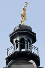 Historische Architektur in der Hamburger Innenstadt, Stadtteil Neustadt. Goldene Turmfigur auf dem Gebäude der Alten Oberpostdirektion am Stephansplatz - das Postgebäude wurde von 1883 - 1887 errichtet; seit ca. 2011 Nutzung als Einkaufszentrum / Med