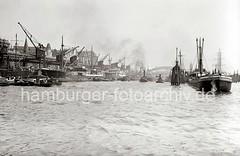 Rheinschuppen und Hafenkräne an den Vorsetzen - Binnenschiff an den Dalben; ca. 1936.