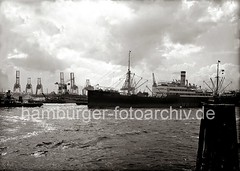 Das Motorschiff HELUAN läuft in den Hamburger Hafen ein; ca. 1930.