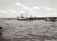 Schiffe auf der Elbe - Kaischuppen am Strandhafen; ca.1936.