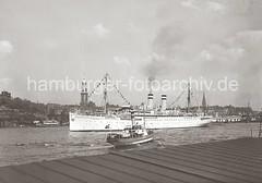 Der Dampfer OCEANA läuft aus dem Hamburger Hafen aus; ca. 1936.