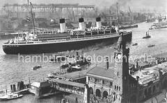 Bilder aus dem historischen Hamburg - ein Passagierschiff und Werftanlagen.