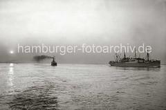 Sonnenuntergang auf der Elbe - Schiffsverkehr, qualmender Schiffsschornstein; ca. 1936.
