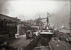 Hafenkrane am Kaiserkai - Sandtorhafen; Ladung löschen - Frachter und Schuten; ca. 1932.