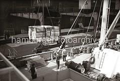 Beladung eine Frachters im Indiahafens - Kisten im Ladegeschirr des Hafenkrans; ca. 1936.