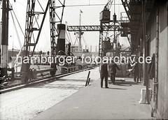 Die Ladung eines Frachters wird gelöscht - Kisten auf der Laderampe; ca. 1930.