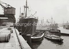 Frachtschiff + Schuten / Binnenschiff am Hafenkai;  ca. 1938.
