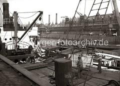 Stromumschlag im Hamburger Sandtorhafen am Kaiserkai - Hieve Säcke am Ladebaum eines Frachters; ca. 1934.