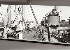 Ladung löschen eines Frachtschiffs im Hamburger Hafen / Indiahafen, Australiakai - Kisten am Kranhaken; ca. 1934.