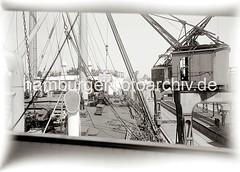 Die Ladung eines Frachter wird am Australiakai des Indiahafens gelöscht - Hieve Kisten am Kranhaken; ca. 1934.