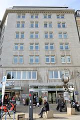 Historische Architektur in der Hamburger Innenstadt, Stadtteil Neustadt. Blick auf das Prienhaus in den Colonnaden, errichtet 1935 - Architekten Elinigius & Schramm.