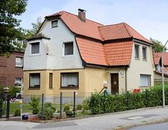 Fotos aus dem Hamburger Stadtteil Neugraben-Fischbek, Bezirk Hamburg Harburg. Mit unterschiedlicher Fassadenverkleidung versehene Villa in der Frankoper Straße.