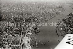 Luftbild von Hamburg / St. Pauli Landungsbrücken, Sandtorhafen Speicherstadt; 1931.