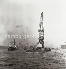 Schwimmkran auf der Elbe; ca. 1937,