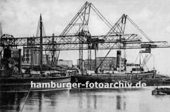 Historische Fotos aus dem Harburger Seehafen - Frachtschiffe und Hafenkräne.
