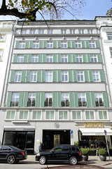 Historische Architektur in der Hamburger Innenstadt, Stadtteil Neustadt. Geschäftshaus am Neuen Jungfernstieg - ursprünglich errichet 1830, 1923 Umbau - das Gebäude steht unter Denkmalschutz.