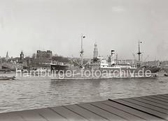Hamburger Elbpanorama - ein Schiff läuft aus dem Hafen Hamburg aus; ca. 1936.