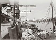 Kistenverladung am Kamerunkai des Indiahafens - Güterumschlag in Schuten; ca. 1934.