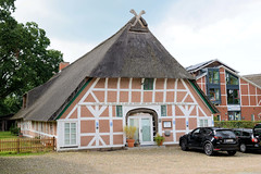Fotos aus dem Hamburger Stadtteil Neugraben-Fischbek, Bezirk Hamburg Harburg. Historische Fachwerkscheune in der Francoper Straße. Das 1747 errichtete Gebäude steht unter Denkmalschutz.