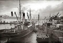 Motorschiff am Johannisbollwerk / Vorsetzen - Schute mit Fässern beladen, Passagierschiff; ca. 1937.
