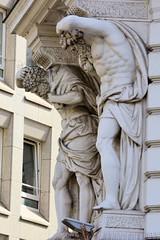 Historische Architektur in der Hamburger Innenstadt, Stadtteil Neustadt. Skulpturen / Bauplastik am Etagengeschäftshaus am Gänsemarkt, errichtet 1882 - Architekt Carl Elvers.