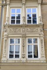 Historische Architektur in der Hamburger Innenstadt, Stadtteil Neustadt. Relief, Fensterdekor mit Säulen - Detail, Etagengeschäftshaus in den Hamburger Colonnaden - errichtet 1879, Architekt Wilhelm Hauers.