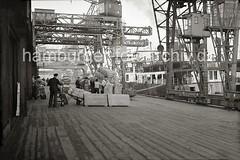 Ein Frachter wird am Hafenkai entladen - die Ladung Wollballen wird gelöscht; ca. 1934.