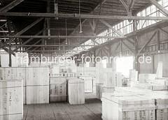 Lagerschuppen am Kamerunkai - Kisten für den Export nach Buenos Aires / Argentinien; ca. 1934.