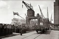 Güterwaggon der Hamburger Hafenbahn - gestapelte Fässer, Kühlhaus Neumühlen; ca. 1936.