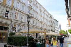 Historische Architektur in der Hamburger Innenstadt, Stadtteil Neustadt. Fussgängerzone Colonnaden mit Restaurants und Cafés auf dem Gehweg.