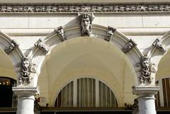 Historische Architektur in der Hamburger Innenstadt, Stadtteil Neustadt. Säulen / Dekorbogen mit Bauschmuck in den Colonnaden - das Etagengeschäftshaus wurde 1879 errichtet, Architekt Adolph Necker.