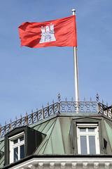 Historische Architektur in der Hamburger Innenstadt, Stadtteil Neustadt. Hamburg Fahne / Flagge im Wind - Kupferdach am Neuen Jungfernstieg.