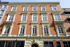 Historische Architektur in der Hamburger Innenstadt, Stadtteil Neustadt. Hausfassade mit Dekorelementen, Etagengeschäftshaus in den Colonnaden; errichtet 1879, Architekten Bahre & Querfeld.