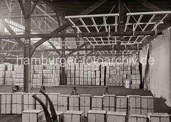 Lagerung von Südfrüchten in einem Fruchtschuppen des Hamburger Hafens; ca. 1936.