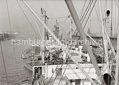 Schiffsaufbauten eines Frachtschiffs im Hansahafen, O'swaldkai; ca. 1934.