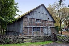 Fotos aus dem Hamburger Stadtteil Neugraben-Fischbek, Bezirk Hamburg Harburg. Historisches Stallgebäude an der Cuxhavener Straße mit Fachwerk und Holz verkleidet, errichtet 1776.