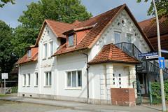 Fotos aus dem Hamburger Stadtteil Neugraben-Fischbek, Bezirk Hamburg Harburg. Wohnhaus der Gründerzeit in der Straße Im Neugrabener Dorf.