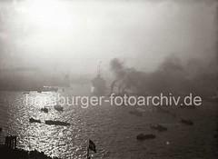 Gegenlichtaufnahme Hafen Hamburg - Schlepper, Qualm - Schnelldampfer EUROPA; ca. 1930.