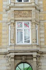 Historische Architektur in der Hamburger Innenstadt, Stadtteil Neustadt. Detail, Fensterrelief / Säulen;  Etagengeschäftshaus in den Hamburger Colonnaden - errichtet 1879, Architekten Hauers & Hüser.