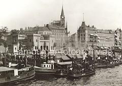 Historische Hamburgbilder - Hafenarbeiter und Barkassen am Anleger Hafentor.