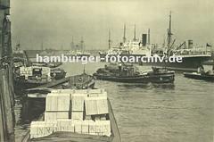 Alte Hamburg-Fotos - Schlepper mit Schute - Frachtschiffe an Holzdalben.