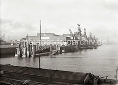 Verteilungsschuppen 60 am Kamerunkai des Süd-West-Hafens - Hafenkrane an der Kaianlage; ca. 1932.