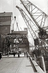 Altonaer Hafenfotos  - Abbau eines 40t Doppel-Lenker Wippkrans; 1938.