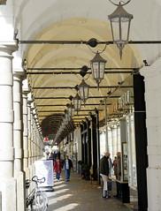 Historische Architektur in der Hamburger Innenstadt, Stadtteil Neustadt.  Colonnaden mit Geschäften und Eisenlampen.