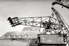 Demontage eines Schwerlastkrans - Abbau des Kranauslegers; 1938.