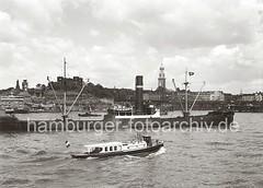 Elbe bei den St. Pauli Landungsbrücken - Johannisbollwerk, St. Michaeliskirche; ca. 1936.