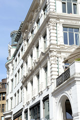 Historische Architektur in der Hamburger Innenstadt, Stadtteil Neustadt. Alsterarkaden an der Kleinen Alster - Entwurf  Alexis de Chateauneuf, errichtet ab 1843.