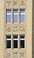 Historische Architektur in der Hamburger Innenstadt, Stadtteil Neustadt. Dekorrelief - Fassadendekor, Kontorhaus an der Schleusenbrücke, errichtet 1939.